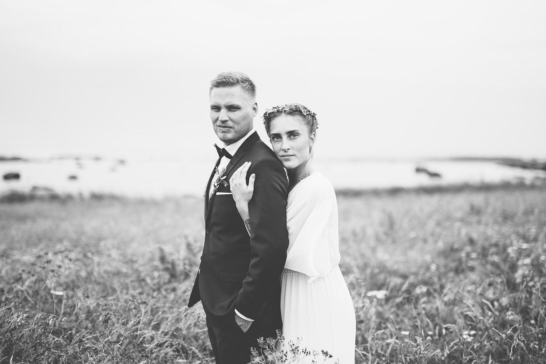 Bröllopsfotografering Rönnås lada brud kramar brudgum