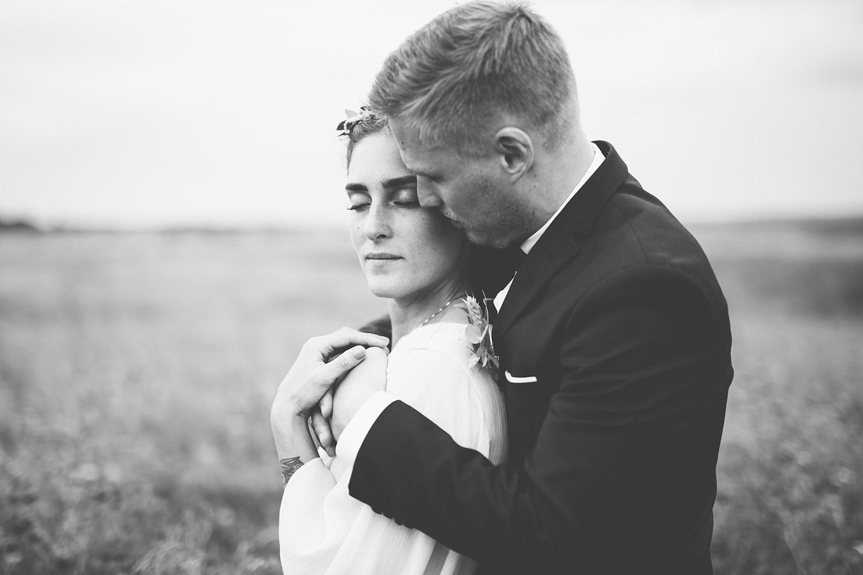 Bröllopsfotografering Rönnås lada brudgum kramar brud
