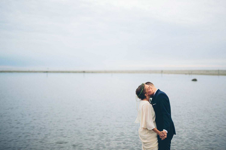 Bröllopsfotografering Rönnås lada brudgum kysser brud