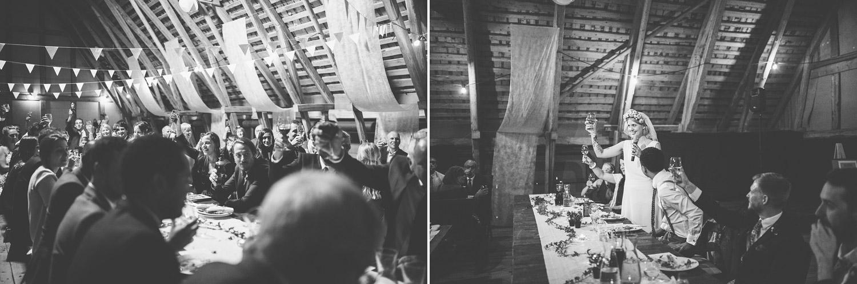 brudgummen och bruden håller tal
